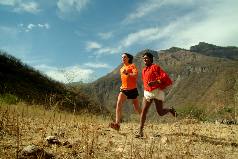 Na fotografiji Scott Jurek i Arnulfo Quimare (Copper Canyon, 2006) Foto: Luis Escobar