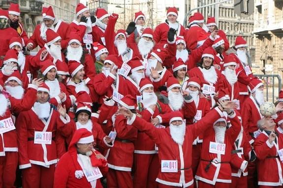 Deda Mrazevi u veselom raspoloženju pred prošlogodišnju trku