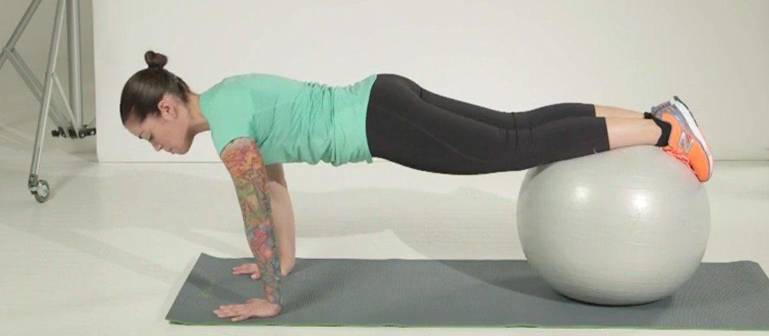 uvlačenje kolena na pilates lopti